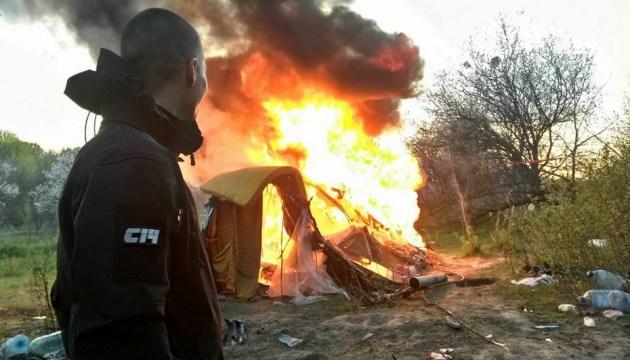 """Члену """"С14"""" объявили о подозрении за сожжение лагеря ромов в Киеве"""