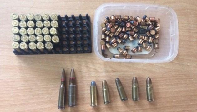 Прикордонники виявили зброю та боєприпаси, які везли до Криму
