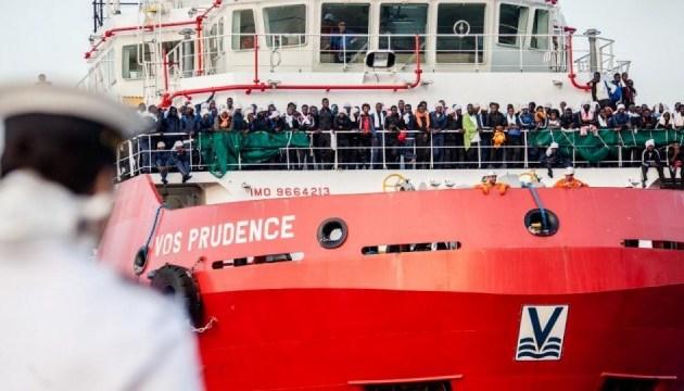 Италия не пустила в порт собственное судно со спасенными мигрантами