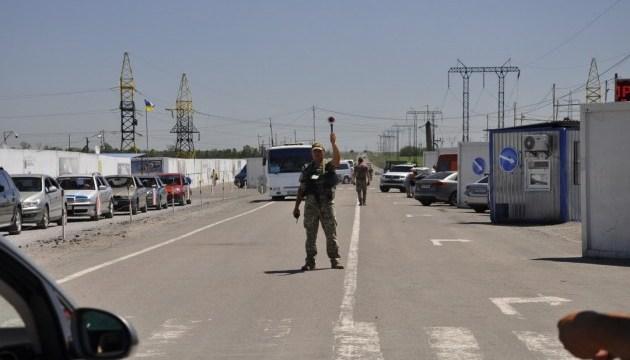 У пунктах пропуску на лінії розмежування застрягли 245 авто