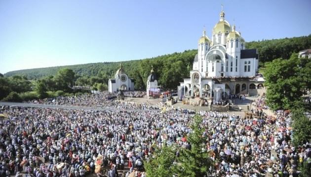 Тисячі попри дощ: на Тернопільщині - проща до образу Зарваницької Божої Матері