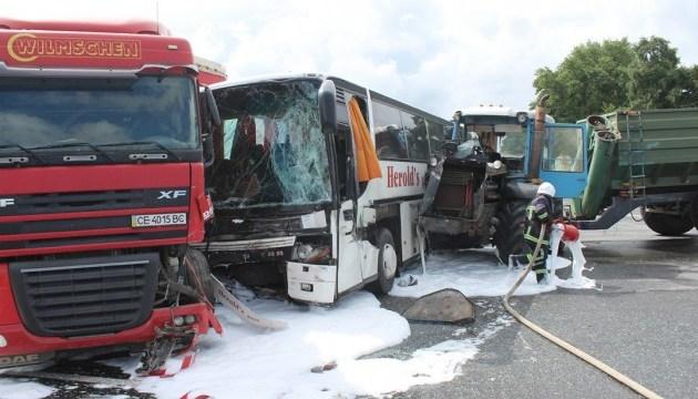У Хмельницькому зіткнулися автобус, трактор та вантажівка