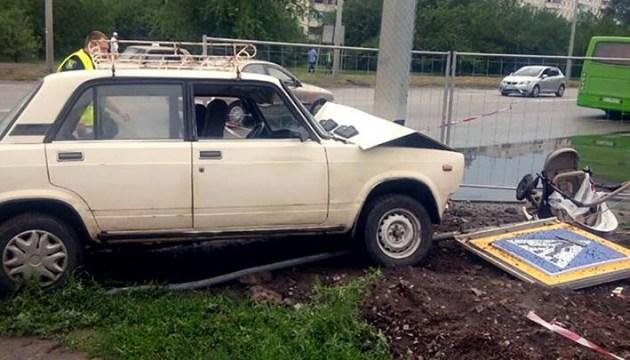 Водитель легкового автомобиля в Харькове на тротуаре сбил ребенка в коляске