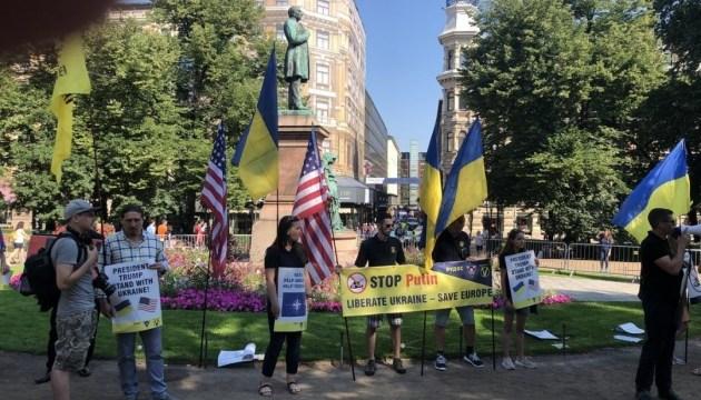 В Хельсинки активисты с украинскими флагами требуют прекратить агрессию РФ
