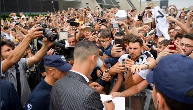 Тисячі футбольних фанатів зустріли Роналду в Турині