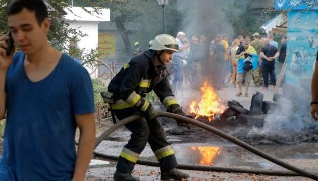 Камни и горящие шины: в Днипре напали на коммунальщиков, которые сносили МАФы