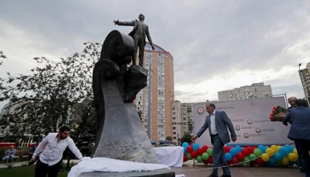 В Киеве открыли памятник и сквер имени Магомаева
