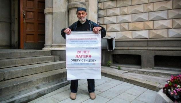 В Москве активисты одиночными пикетами поддержали узников Кремля