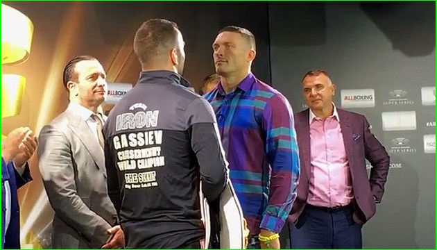 Бокс: Усик и Гассиев провели традиционный обмен взглядами перед боем
