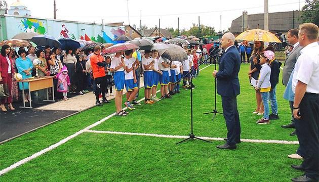 На Харківщини відкрили поле зі штучним покриттям для міні-футболу