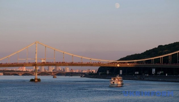 В столице сегодня подсветят Парковый мост