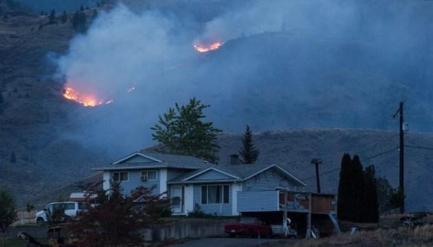 В Канаде к тушению лесов привлекают пожарных в отставке
