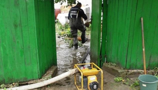 Негода у Чернігові: рятувальники відкачують воду з підтоплених будинків