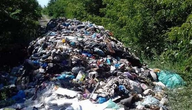 На Ривненщине возле трассы «Киев-Чоп» мусором засыпали дорогу