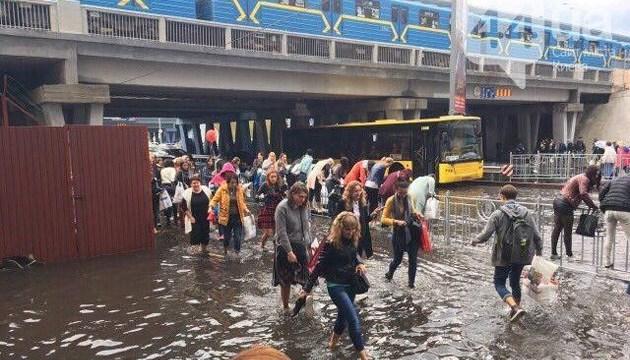 Злива затопила дорогу під естакадою на