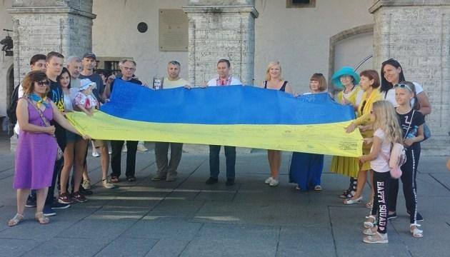 Despliegan una bandera gigante de Ucrania en la plaza central de Tallin (Foto)