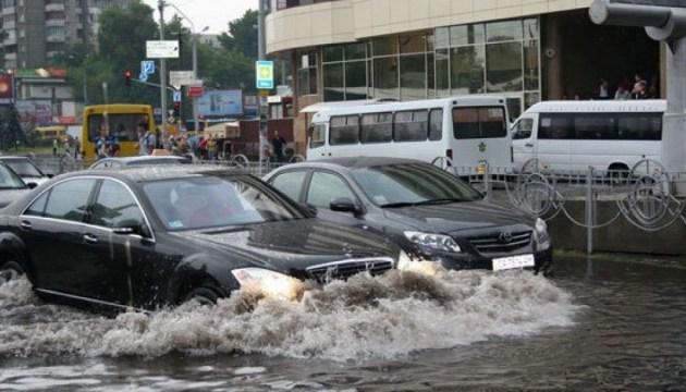 Довжелезні затори, води по коліна – Київ