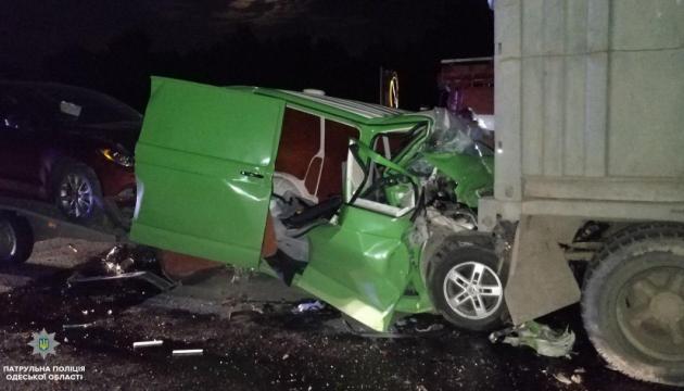 На трассе Одесса-Киев Volkswagen влетел в КамАЗ, погибли отец и сын