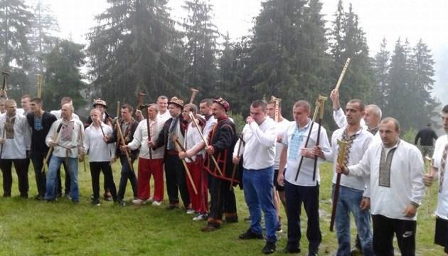 Рекордна кількість гуцулів вправлялася бартками в Карпатах