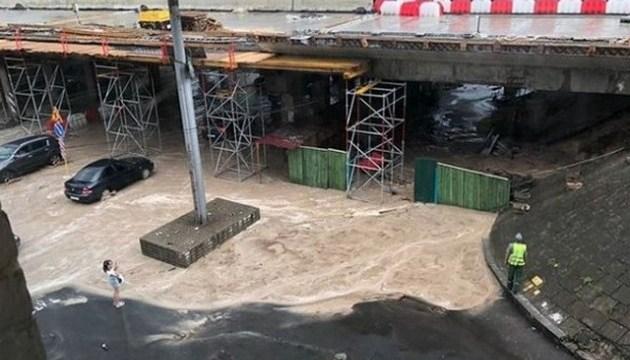 Злива в Києві обвалила конструкції мосту на Теліги