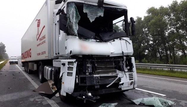 На Житомирщині зіткнулися дві вантажівки, є загиблий