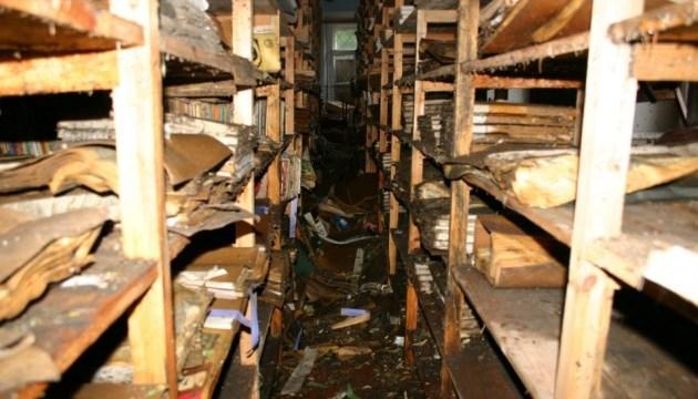 У затопленій зливою Чернігівській обласній бібліотеці рахують знищені книжки