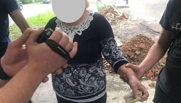 Затримали працівницю фастівського Держгеокадастру, яка вимагала хабар за