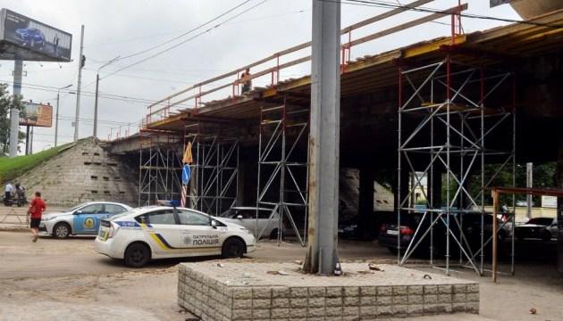 У Києві відновили рух на Теліги, де злива підмила шляхопровід