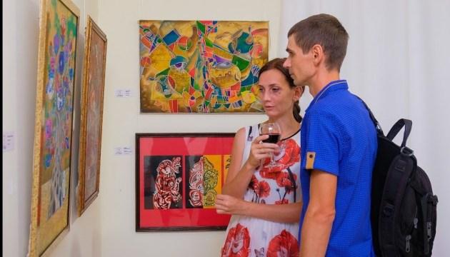 В художественном музее Днепра открылась выставка картин молодых художников региона