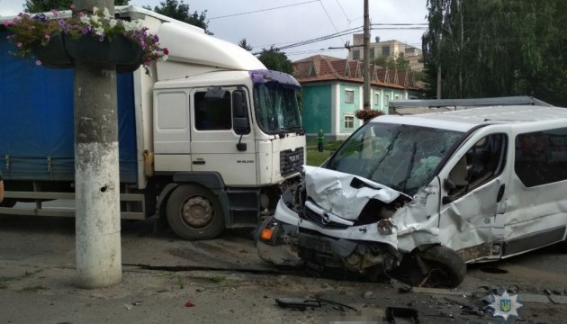 Смертельна ДТП у Вінниці: зіткнулись два легковики, бус та вантажівка