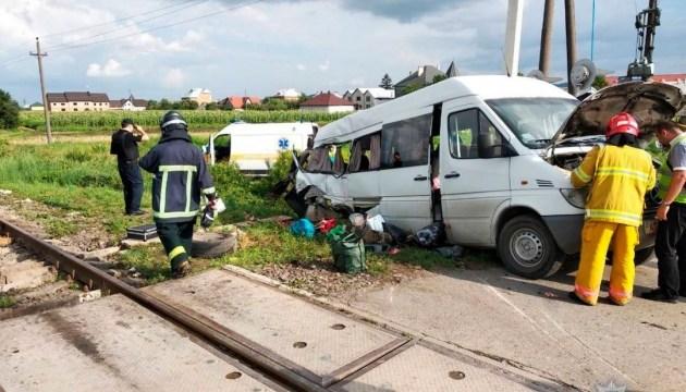 На Буковині мікроавтобус зіткнувся з потягом: двоє загиблих, семеро - у лікарні