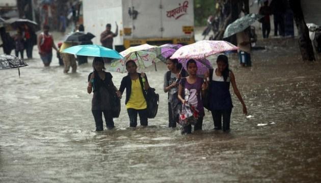 В Индии жертв наводнения уже 37, дожди заблокировали людей в домах
