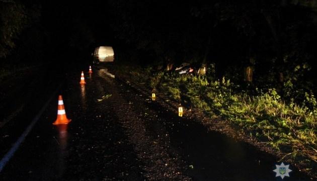 В Каневе авто протаранило дерево, двое погибли, трое — в больнице