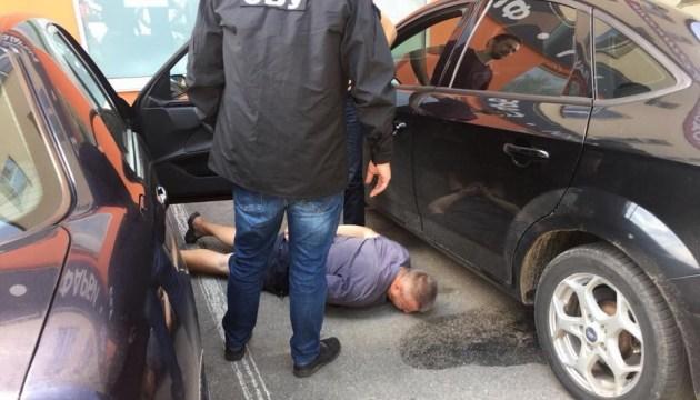 На Вінниччині затримали прокурора під час одержання $6 тисяч хабара