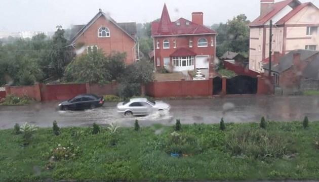 Буревій у Хмельницькому трощить дерева і заливає вулиці