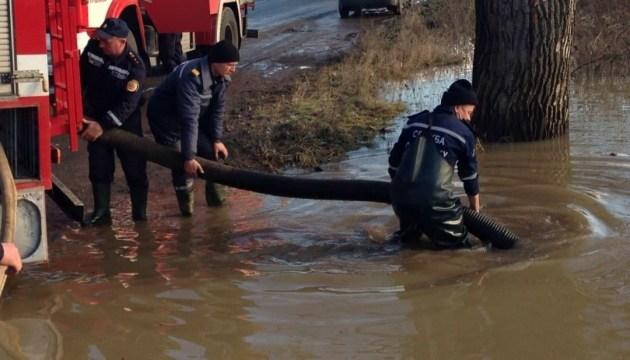 Зливи підтопили Прикарпаття - рятувальники евакуювали жінок та дітей