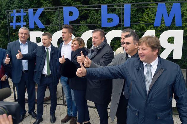 Мануель Вескові (другий справа) / Фото: forumyalta.com