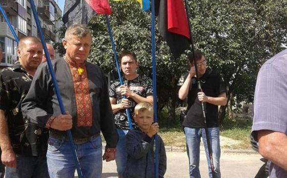 Син Василя Крищука несе прапор на похороні тата