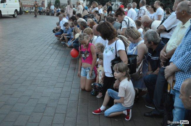 Лучани зустрічають навколішках кримчанина Георгія Ольшевського