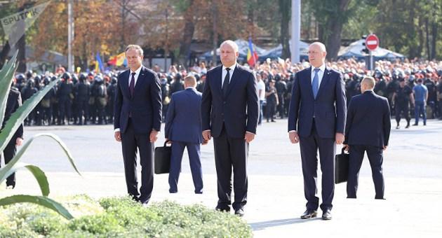 Возложение цветов к монументу Штефана Великого