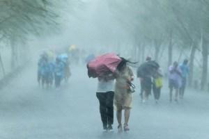 Затоплені вулиці і скасовані рейси: по Шанхаю вдарив тайфун «Ін-фа»