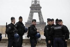 Поліція розігнала антикарантинну вечірку в центрі Парижа, на яку  зібралися сотні людей