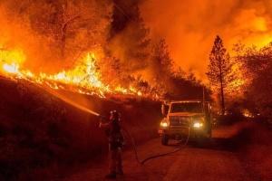 Пожежа біля Лос-Анджелеса продовжує неконтрольовано ширитись