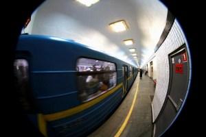 Синя гілка київського метро зупинялася через падіння людини на колію