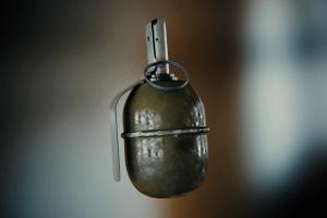 У Чернівцях затримали чоловіка з гранатою в бойовому стані