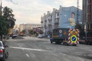 Прорив труби з окропом: біля Ocean Plaza асфальтують дорогу