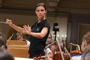 乌克兰指挥家奥克桑娜在林茨举行音乐会演出