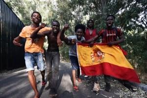 Сотні мігрантів намагалися прорватися до іспанського анклаву в Африці