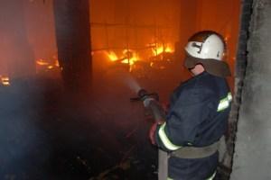 """Пожар на складах """"Новой почты"""" тушат 80 спасателей"""