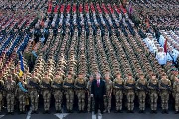 "Poroshenko: Saludo militar ""¡Gloria a Ucrania!"" se utiliza hoy por primera vez"